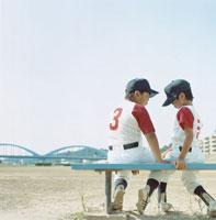 ベンチに座る2人の野球少年 日本人