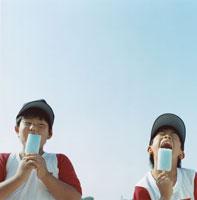 アイスを食べる2人の野球少年 日本人