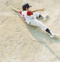 スライディングする野球少年 日本人