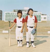 バッドとグローブを持った2人の笑う野球少年 日本人