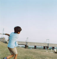 バッドを振る日本人の男の子