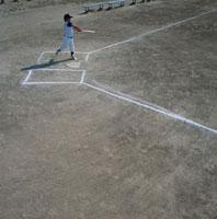 バッターボックスでバットを振る野球少年 日本人