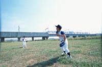 キャッチボールをする2人の野球少年 日本人 02299002286| 写真素材・ストックフォト・画像・イラスト素材|アマナイメージズ