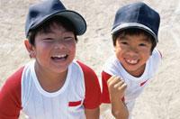 笑う2人の野球少年 日本人