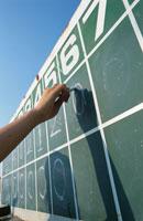 野球のスコアボードに点数を記録する人物の手元 02299002300| 写真素材・ストックフォト・画像・イラスト素材|アマナイメージズ