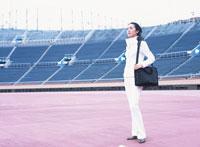 カバンを抱えた40代の日本人女性 02299002333| 写真素材・ストックフォト・画像・イラスト素材|アマナイメージズ