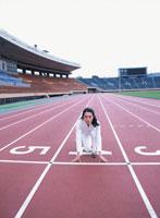 スタートラインで構える40代の日本人女性