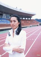 腕を組む40代の日本人女性 02299002336| 写真素材・ストックフォト・画像・イラスト素材|アマナイメージズ