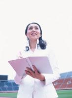 ノートを開く40代の日本人女性 02299002337| 写真素材・ストックフォト・画像・イラスト素材|アマナイメージズ
