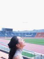目を閉じる40代の日本人女性