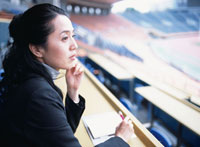 ほおづえをついてメモを取る40代の日本人女性 02299002343| 写真素材・ストックフォト・画像・イラスト素材|アマナイメージズ