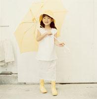黄色い傘を差す長靴を履いた日本人の女の子 02299002376| 写真素材・ストックフォト・画像・イラスト素材|アマナイメージズ