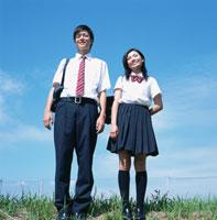 青空とカバンを持った男子高校生と女子高校生 02299002704| 写真素材・ストックフォト・画像・イラスト素材|アマナイメージズ