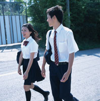 通学風景 男の子と女の子の高校生 02299002709| 写真素材・ストックフォト・画像・イラスト素材|アマナイメージズ