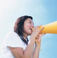メガホンで応援する女子学生横向き