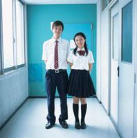 廊下に並ぶ女子高校生と男子高校生