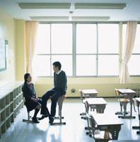 教室で話しをする男子高校生と女子高校生