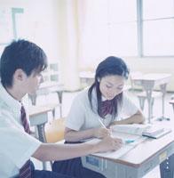 教室で勉強する女子高校生と男子高校生