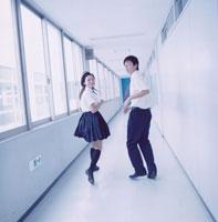 廊下を走る女子高校生と男子高校生 02299002821| 写真素材・ストックフォト・画像・イラスト素材|アマナイメージズ