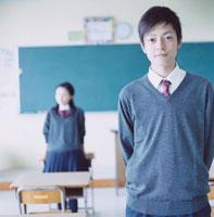教室に立つ男子高校生