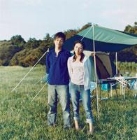 キャンプをする日本人カップル