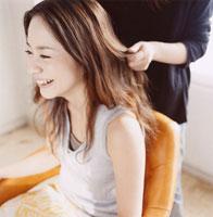 日本人女性と美容師の手元
