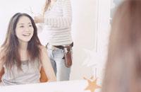 美容室で髪を切る日本人女性