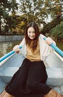 ボートを漕ぐ日本人女性