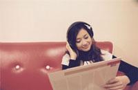 ヘッドフォンでレコードを聴く日本人女性