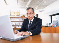 オフィスでパソコンを操作する中高年ビジネスマン