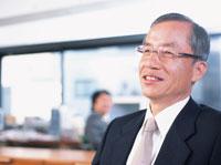 オフィスで微笑む中高年ビジネスマン