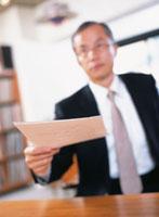 書類を持つ中高年ビジネスマン
