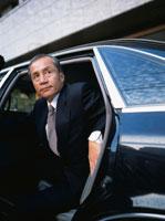 車から降りる中高年ビジネスマン