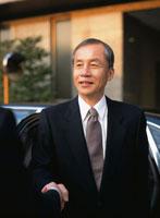 握手する中高年ビジネスマン 02299003126| 写真素材・ストックフォト・画像・イラスト素材|アマナイメージズ