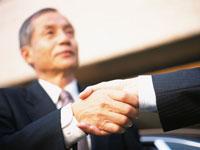 握手する中高年ビジネスマン