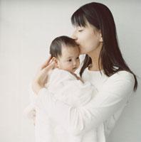 赤ちゃんを抱く母親 02299003142| 写真素材・ストックフォト・画像・イラスト素材|アマナイメージズ