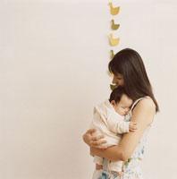 赤ちゃんを抱く母親 02299003143| 写真素材・ストックフォト・画像・イラスト素材|アマナイメージズ