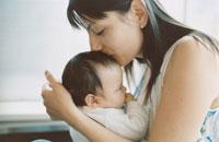 赤ちゃんを抱く母親 02299003147| 写真素材・ストックフォト・画像・イラスト素材|アマナイメージズ