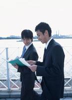 書類を見る2人の日本人ビジネスマン