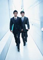 歩く2人の日本人ビジネスマン