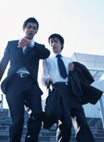 腕時計を見る2人の日本人ビジネスマン