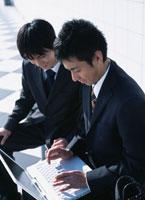 2人の日本人ビジネスマンとノートパソコン