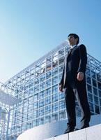 日本人ビジネスマンと建物
