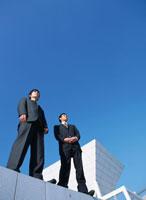 2人の日本人ビジネスマンと青空