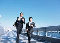 走る2人の日本人ビジネスマン