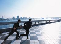 走る2人の日本人ビジネスマン 02299003209| 写真素材・ストックフォト・画像・イラスト素材|アマナイメージズ