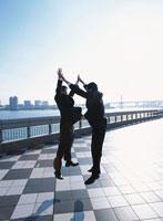 ジャンプをする2人の日本人ビジネスマン