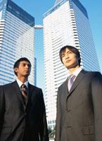 2人の日本人ビジネスマンとビル