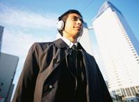 ヘッドホンをする日本人ビジネスマン