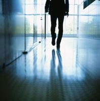 廊下を歩くビジネスマンのシルエット
